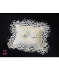 P 096 Белая подушечка вышитая с кружевом
