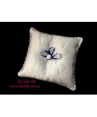 P 052-1 Подушечка для колец с вышивкой с синей лентой