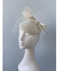SH 655 Шляпка крем с перьями и с вуалью