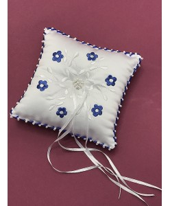 P 065-b Подушечка белая с синей вышивкой