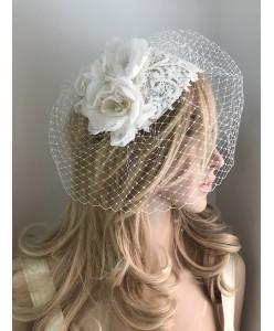 SH 449 Шляпка-вуалетка с кружевом и цветами айвори